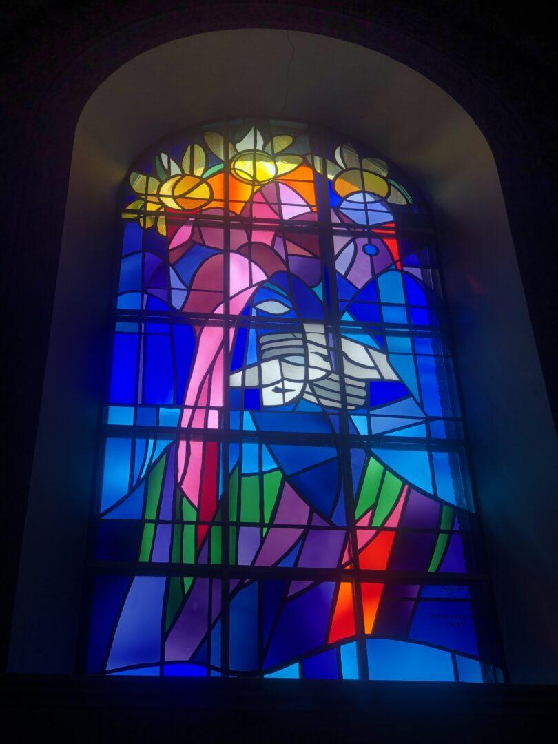Sint-Franciscus, monumentaal brandglas, kerk Maasmechelen – ontw. Nele Geldhof – © Atelier Mestdagh