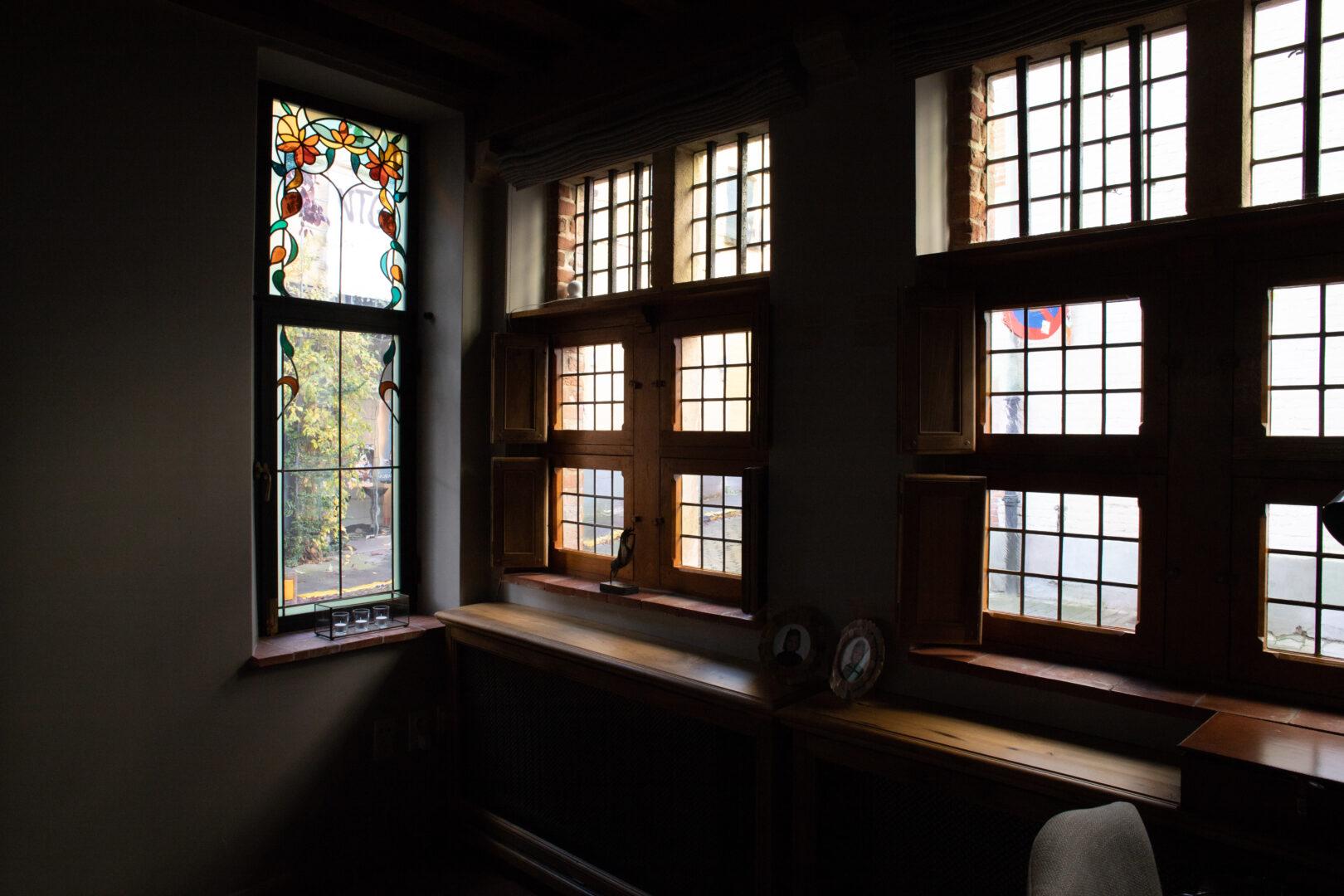 Decoratief glas-in-lood in ramen, privé-woning in centrum Gent. Ontwerp: Ingrid Meyvaert (©Nadia El Makhfi)
