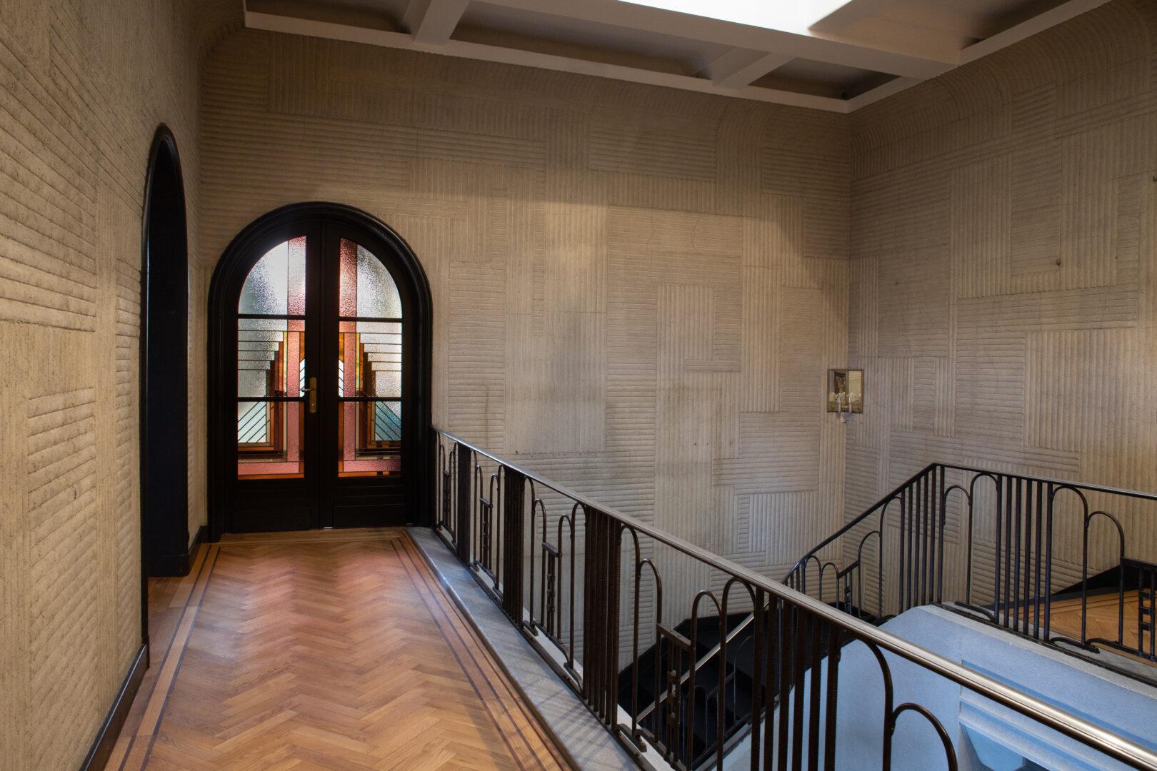 Geïntegreerd glas-in-lood in deur, passend bij historisch glas in art deco villa te Zottegem. Ontwerp: Ingrid Meyvaert (©Nadia El Makhfi)