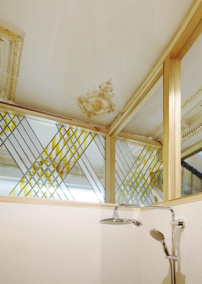 Modern brandglas, geïntegreerd in woning te Brussel. Ontwerp: Laura Ten Zeldam (©Marge. Architecten)