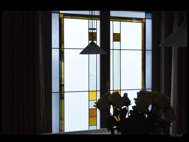 Glas-in-lood in vast raam, villa te Merelbeke. Ontwerp: Ingrid Meyvaert (©Atelier Mestdagh)