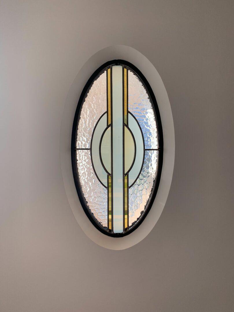 Eenvoudig decoratief glas-in-lood in voorgevel, ville te Knokke. Ontwerp: Ingrid Meyvaert (©Atelier Mestdagh)