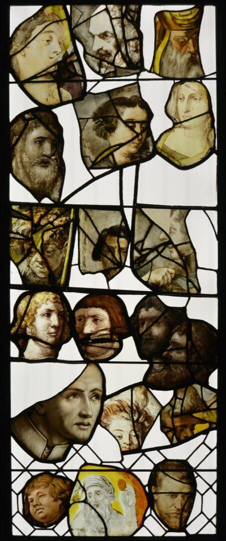 Hoofdenpaneel met middeleeuws glas geïntegreerd in kader met LED-sheet, in schatkamer Sint-Jacobskerk te Antwerpen – © Atelier Mestdagh