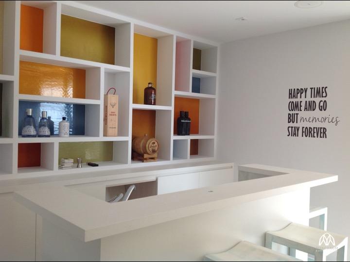 Mondgeblazen gekleurd glas, gelijmd tegen kastwand, bar in Spanje Atelier Mestdagh