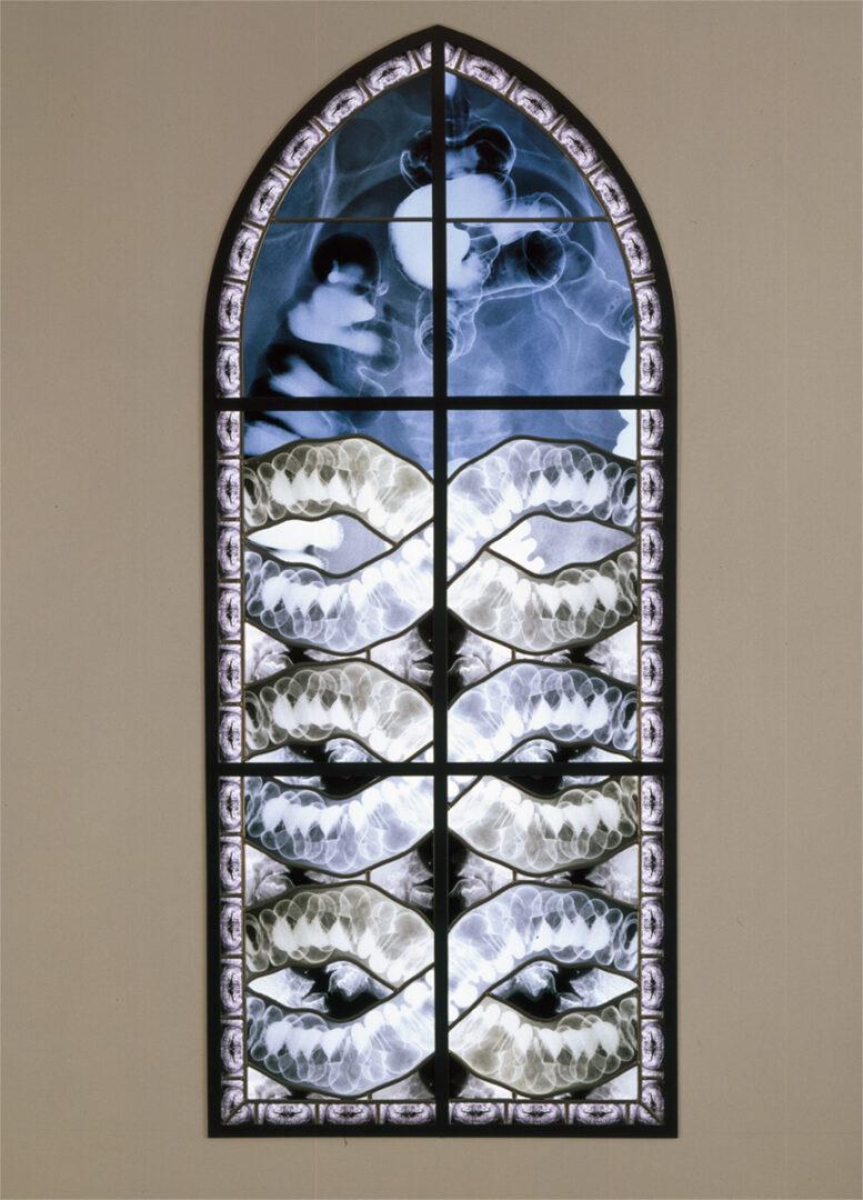 'Clio', brandglas – ontw. Wim Delvoye – © Delvoye studio Atelier Mesdagh