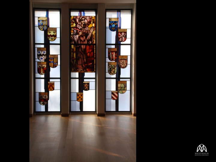Herintegratie wapenschilden oversten uit glasramen van oude naar nieuwe kapel zusters Bernardinen te Oudenaarde, verwerkt in nieuw ontwerp van Ingrid Meyvaert – © Ghislain Van Tomme