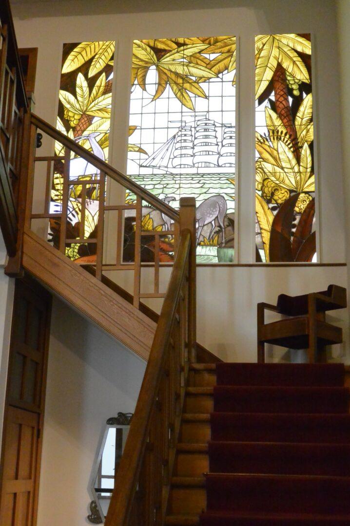 Historisch glas-in-lood, verwerkt in kader en verlicht met LED-sheet, geplaatst in traphal in privé-woning te Sint-Amandsberg – © Atelier Mestdagh