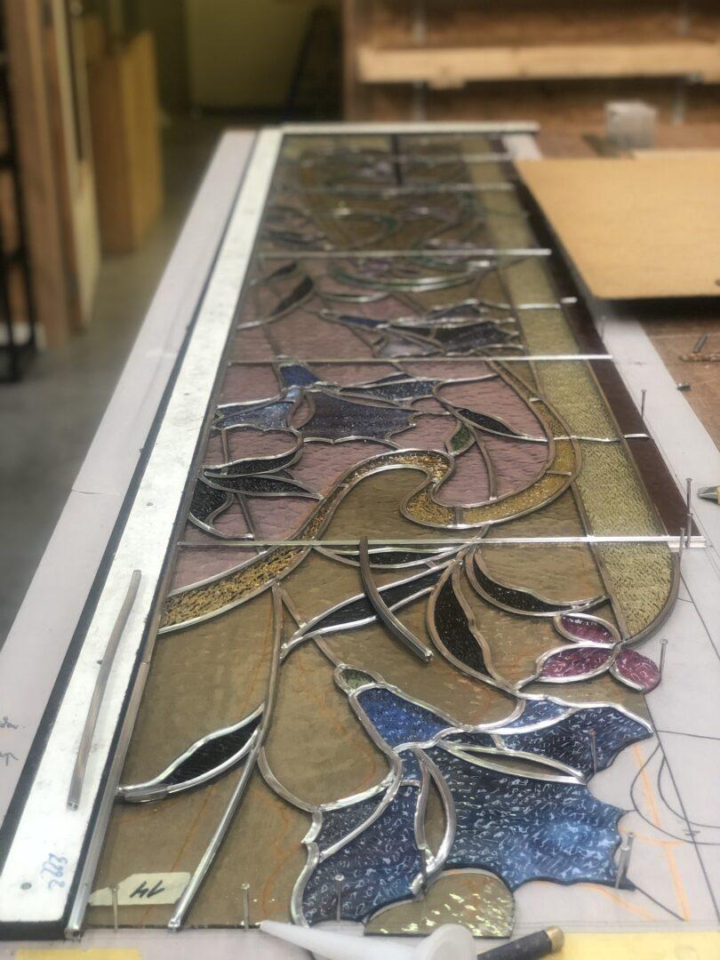 Herloden en isoleren tussen dubbel glas van glas-in-lood in traphal Kasteel van Merelbeke, i.s.m. Ramen Lanssens - © Atelier Mestdagh Glas in lood