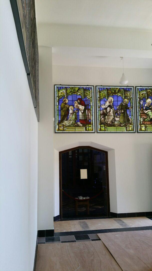 Herintegratie van serie glasramen in nieuwe kapel Abdij van Tongerloo, verwerkt in kader en met Led-sheet – © Atelier Mestdagh