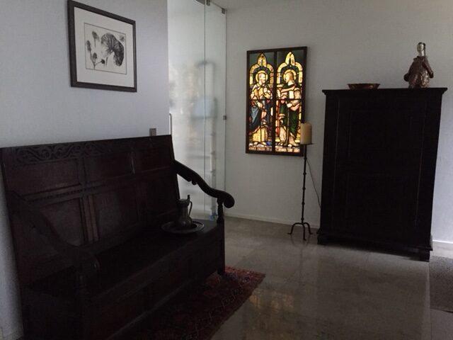 Herintegratie van twee historische brandglasramen in privé-woning (Nederland), verwerkt in houten kader en met Led-sheet – © Atelier Mestdagh