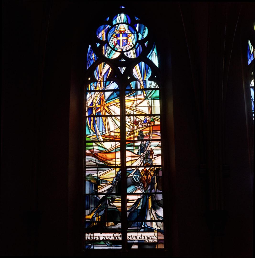 'Geestelijk testament', koorraam kerk Heist-aan-zee. Ontwerp: Ingrid Meyvaert © Dirk Antrop