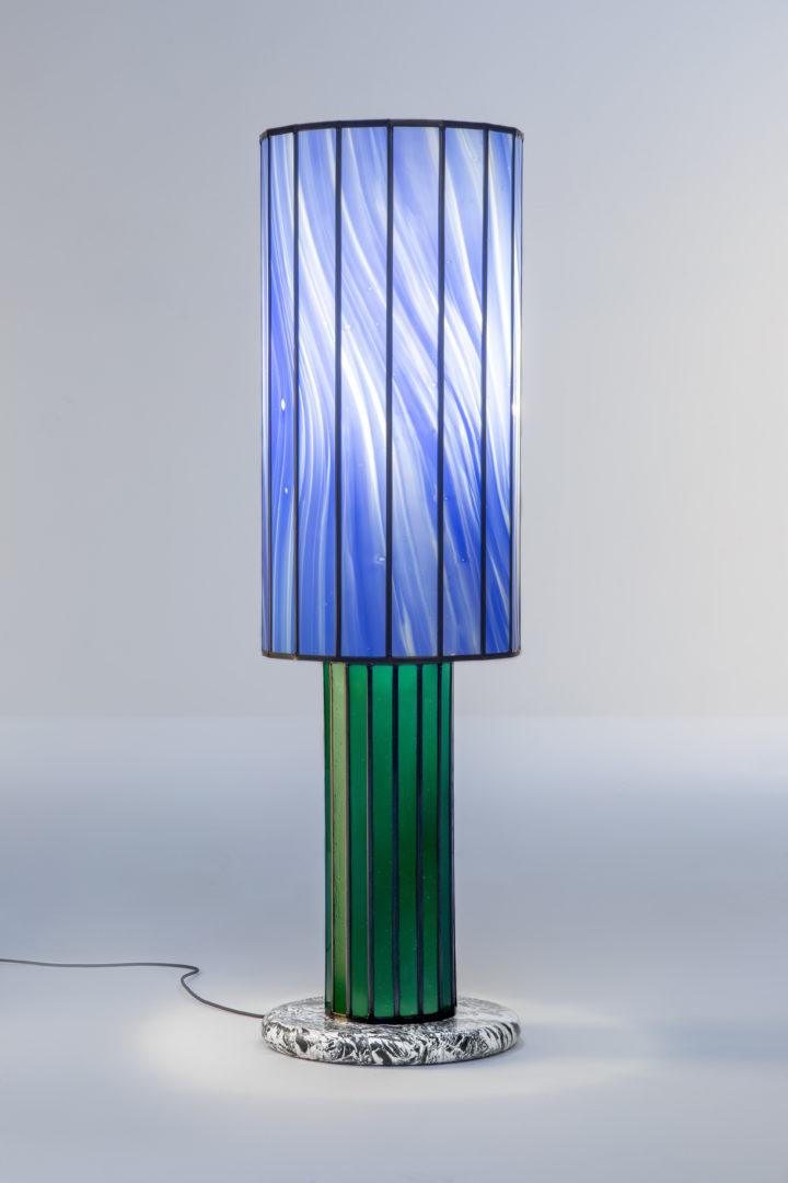 Design staanlamp in glas-in-lood – ontw. Maarten De Ceulaer – ©Laila Pozzo for Doppia Firma (Interesse? Neem contact op.)